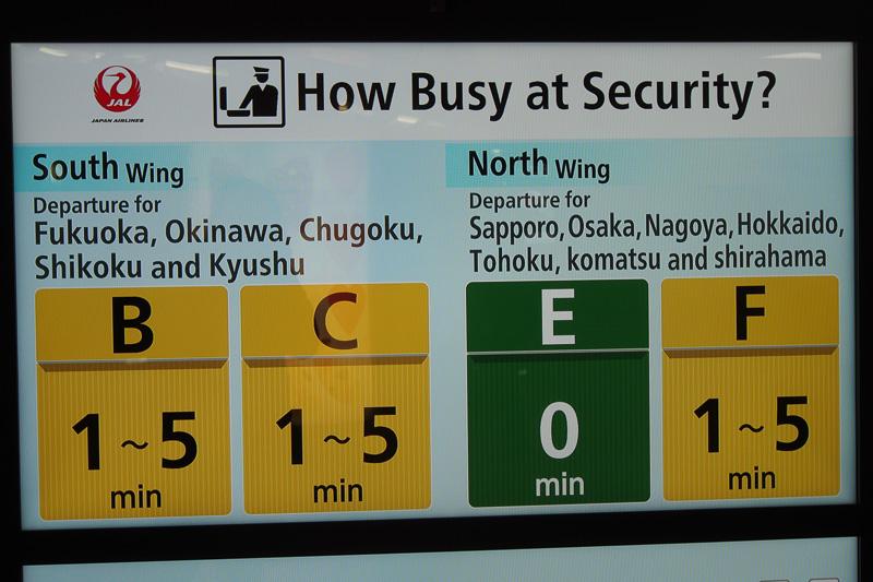 保安検査場待ち時間は日本語と英語を交互に表示。立ち止まらず一瞬で通り過ぎる場所なので極力シンプルな表示を目指したという