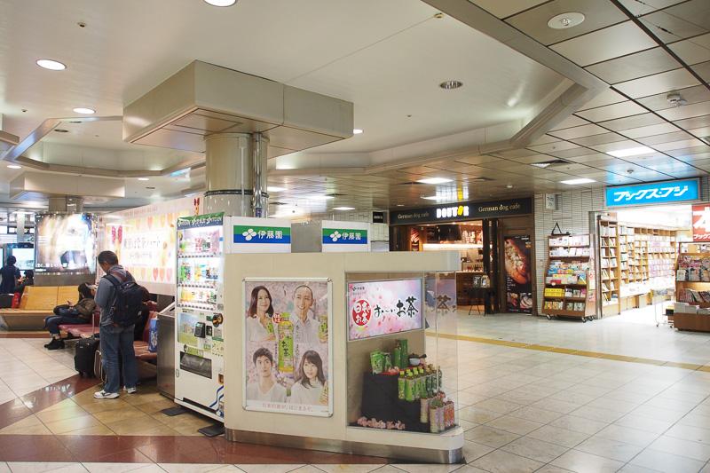 4月下旬に設置される京浜急行利用者向けのモニターの設置予定場所。既存の広告類はそのままで、この場所の上部に取り付け、京浜急行の駅からエスカレータを上がってくると正面に見えるようにする