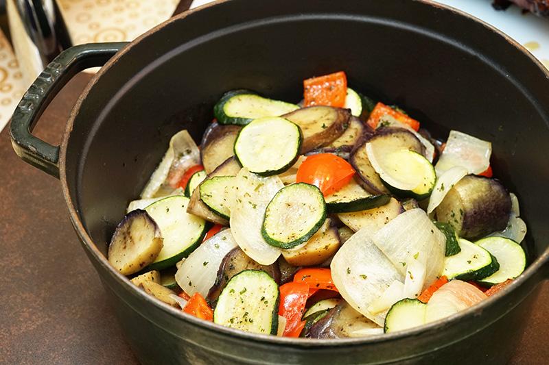 ストウブを使った無水調理の野菜グリル