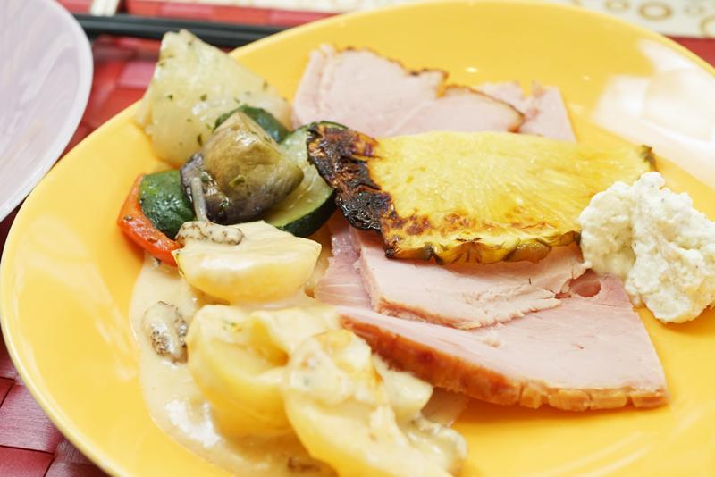 皿に盛りつけられた「バーボングラッセハムのレフォールクリーム添え ポテトとリークのモリーユグラタン」