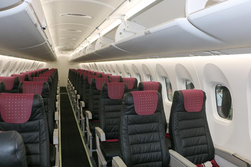 座席数は50席(Q100は39席)。座席間のピッチもより広くなり、快適性がアップした