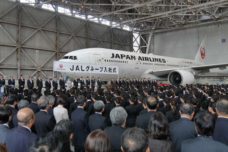 2016年度JALグループ入社式を、羽田空港JAL M2格納庫で開催