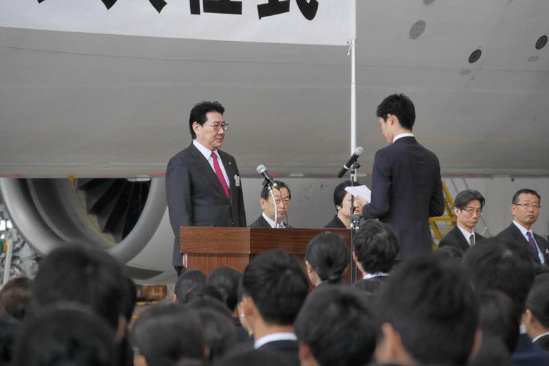新入社員を代表し、JAL業務企画職の木下隼斗さんが宣誓