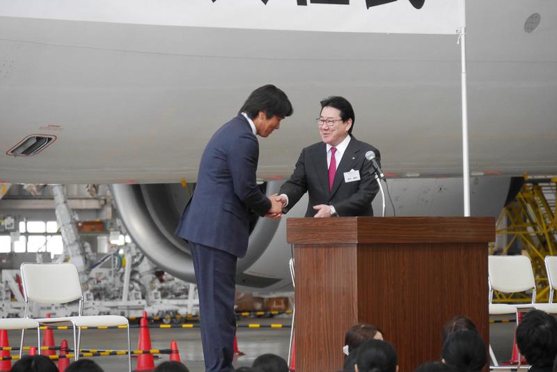激励を終え、植木社長と握手する松井氏