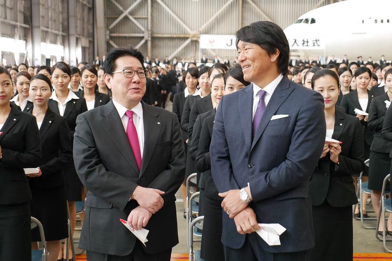 恒例の紙飛行機を飛ばすセレモニーを前に談笑する植木社長と松井氏