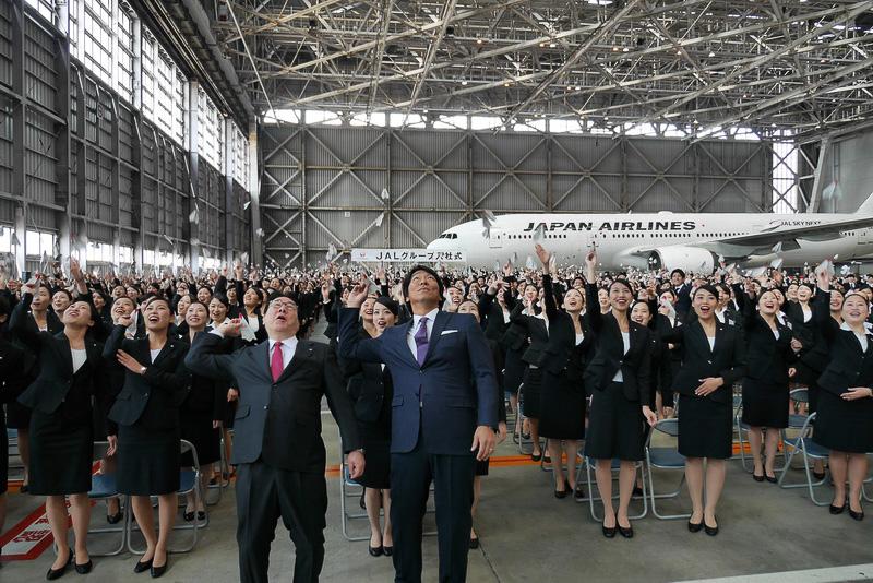 「世界で一番愛される翼になりましょう。明日の空へTake off!」のかけ声とともに、新入社員全員がメッセージを書き込んだ紙飛行機を飛ばした