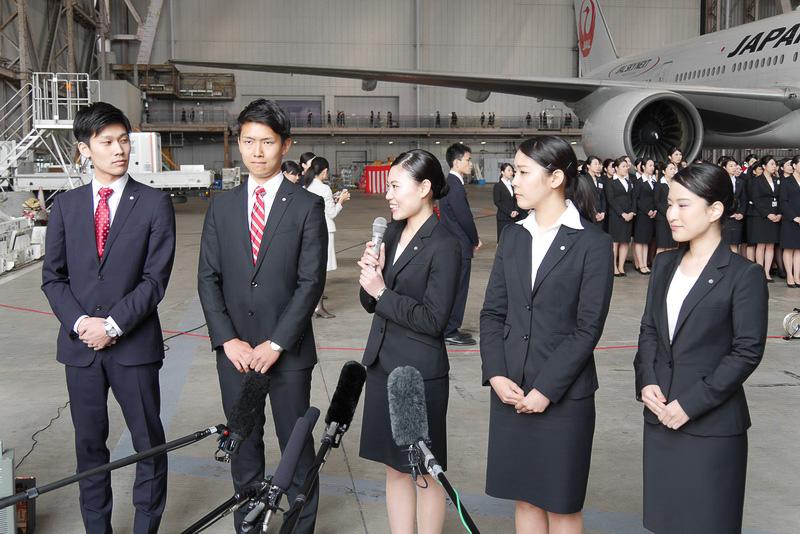 取材に応じる新入社員代表。左からJAL業務企画職 事務系の木下隼斗さん、JAL業務企画職 技術系の豊田裕史さん、JAL客室乗務職の草場早也佳さん、JAL運航乗務員訓練生の多田麻里子さん、JALスカイ地上職の南文乃さん。それぞれが、これからの活躍を誓う、初々しいコメントを述べた