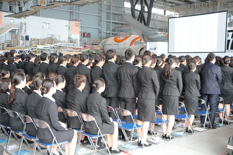 グループ各社の業務内容に関する会社紹介に合わせ、各社ごとに新入社員全員が起立し、名前が記されたスライドが投影された。