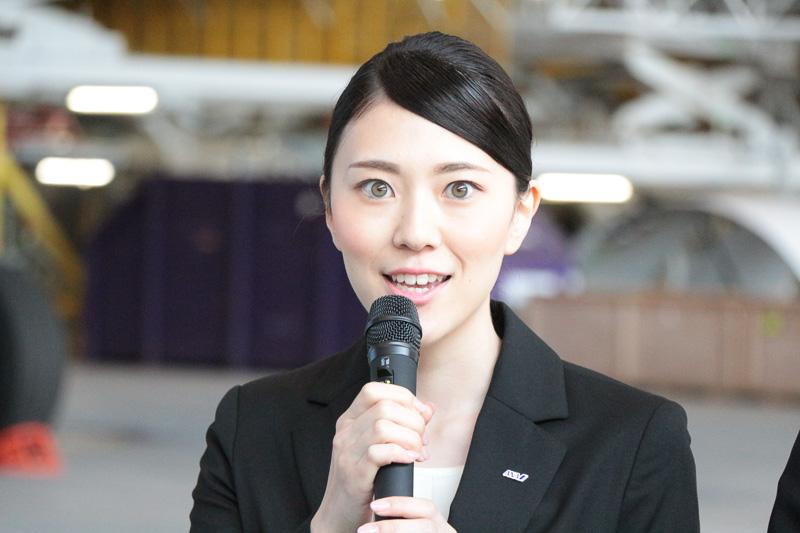 「客室乗務員を目指すことができ、ANAグループをささえる一員の責任感を感じています」とANA客室乗務職の鈴木万梨さん