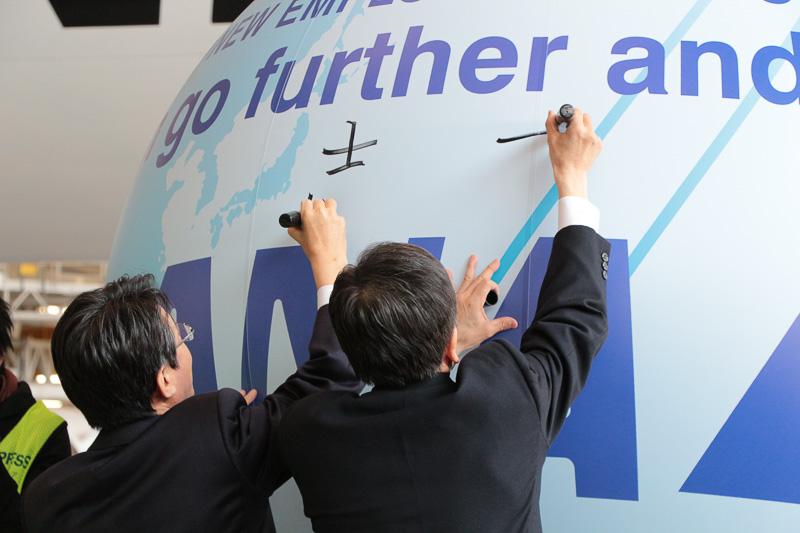 最初にANAホールディングス株式会社 代表取締役社長 片野坂真哉氏と、全日本空輸株式会社 代表取締役社長 篠辺修氏が「志 Will」「夢 DREAM」と書いた後に、グループ各社の代表新入社員が決意や目標などを寄せ書きした