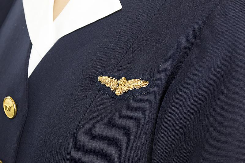 胸元の刺繍。よく見るとJALの文字がある