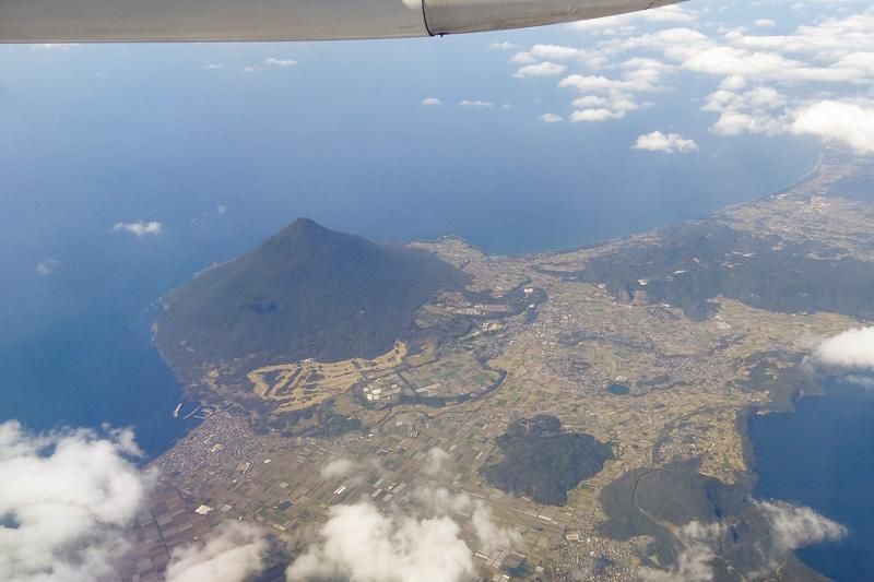 鹿児島空港から屋久島へ移動。薩摩富士とも呼ばれる開聞岳が眼下に