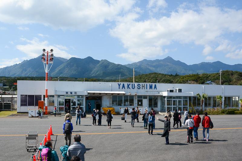 屋久島空港に到着。雲は多めだが青空に恵まれた