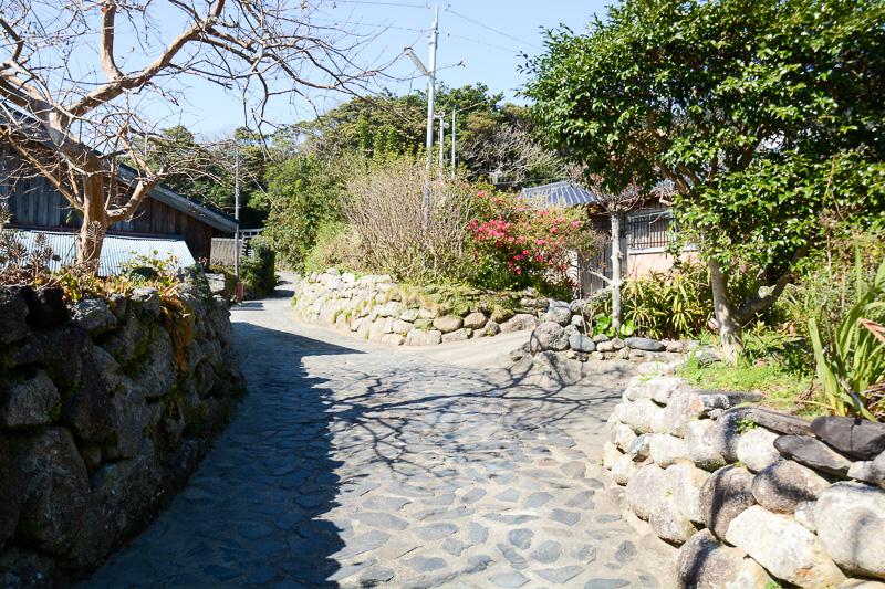 石垣や石畳が目に留まる中間集落。一見なんの変哲もない路地も風情がある