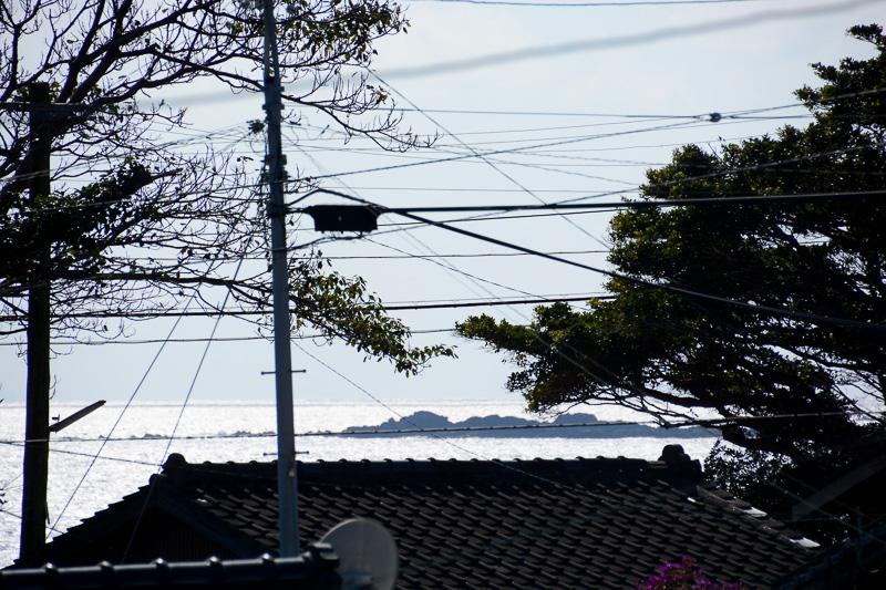 川崎さんの指さす先には軍艦のような形の島、略して「軍艦島」がある。太平洋戦争中は、この島が軍艦と勘違いされたおかげで被害が抑えられたとか