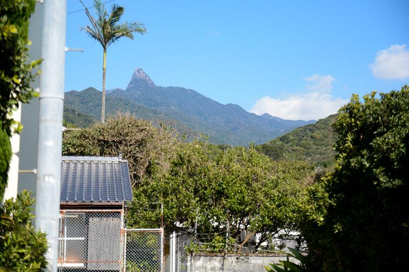 屋久島は集落ごとに信仰する山(岳)があり、毎年「岳参り」を行なう。中間集落はこの印象的な形の七五岳へ岳参りする