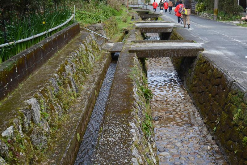 集落に流れる2つの水路。飲用してもよい水路と、食器を洗うなどの用途に使ってよい水路を分けているところもある