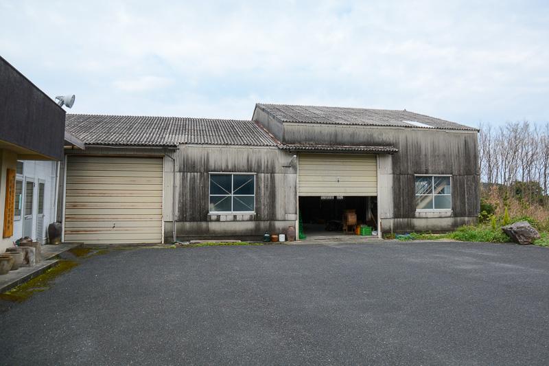 田んぼの先にある建物。この倉庫に農業の古道具がある