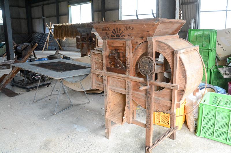 木製の精米器や、ペダルで回転させる千歯こぎ、馬に引かせる耕耘機など、