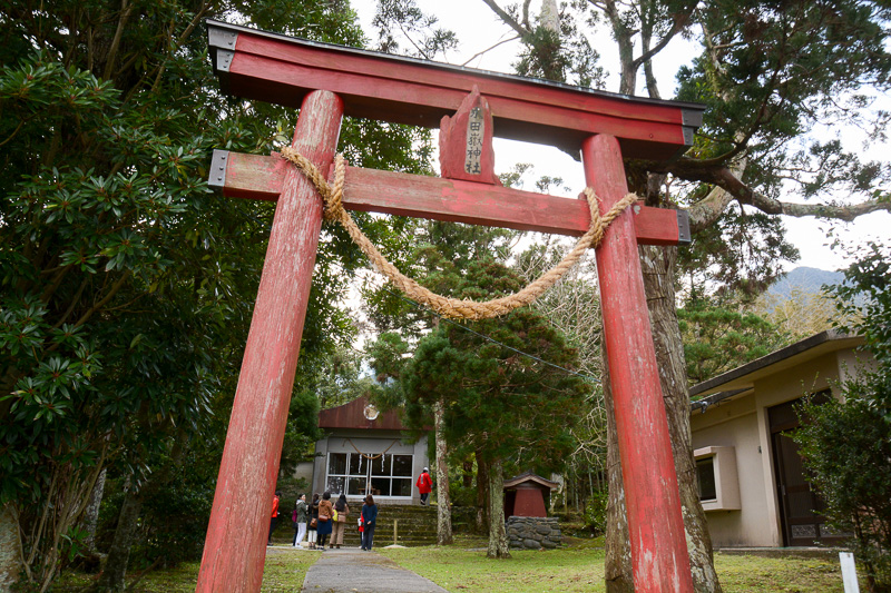 永田嶽神社。永田岳を信仰する集落のシンボルのような神社だが、ここにある花崗岩には明治期に掘られた日蓮宗独特の文字が書かれているという。つまり山岳信仰とともに、日蓮宗への信仰も受け入れられていたというわけ。とても興味深い話だ