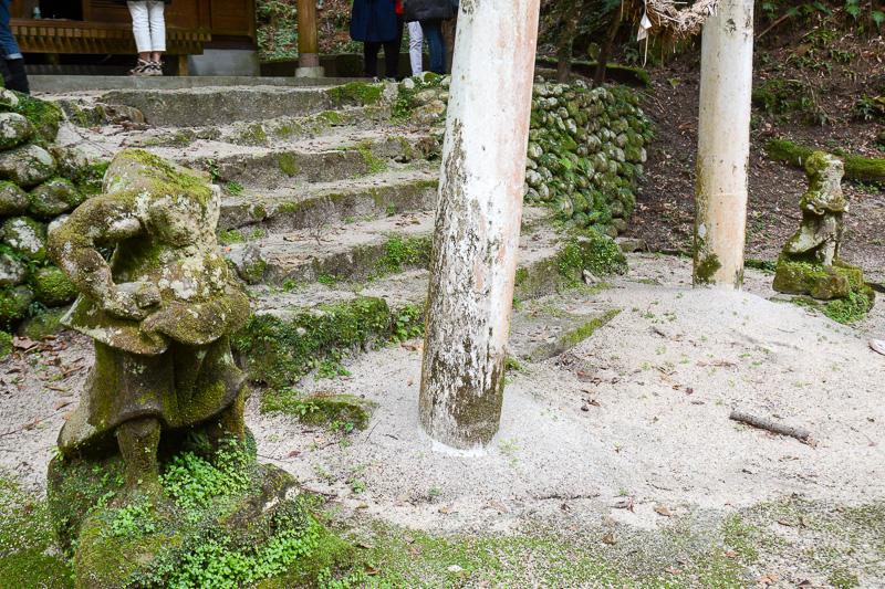 明治の廃仏毀釈の際に山の上にある小山神社に持ち込んで保護された首のない阿修羅像。時代の波を感じる史跡と言えそうだ