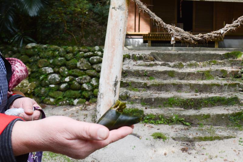 屋久島のお菓子の一つ「つのまき」。小山神社にはこれを供えるそうだ