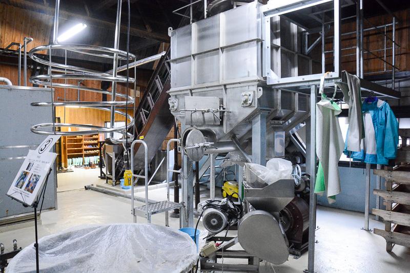 こちらはサツマイモの処理を行なう工程。丁寧に皮むきなどをして、手前の甕で発酵させる