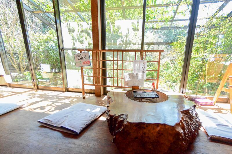 欄間の屋久杉が印象的な日本家屋そのままの雰囲気の店内。縁側には屋久杉をくり抜いた火鉢付きの机が