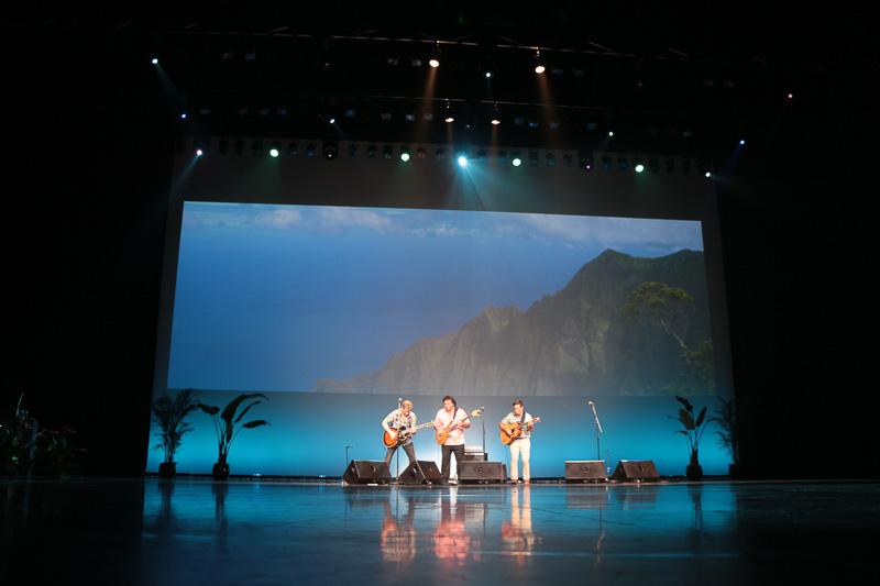 歴代受賞アーティストたちによるライブパフォーマンス。やはりハワイの音楽は聞いていてもリラックスできるものが多い。ゆったりした気分にひたりたいときにはオススメである