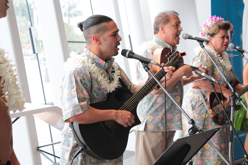 会場ロビーで行なわれたライブパフォーマンス。ノンビリした気分で聞くハワイミュージックに癒された
