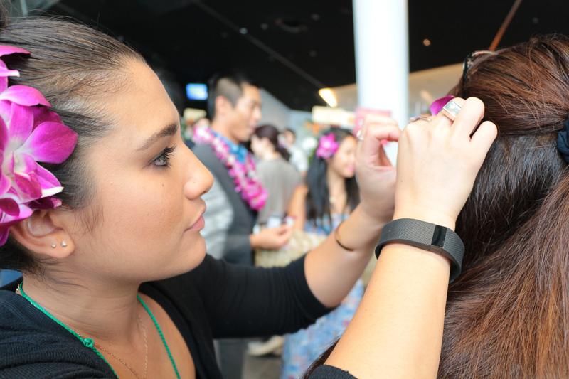 来場者の髪に花飾りを飾るハワイアン航空のスタッフたち。やはりハワイ気分を盛り上げるには、花飾りは欠かせないアイテムのようだ