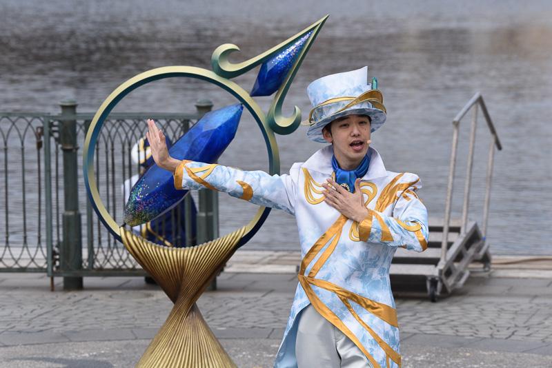 """ショーの冒頭に海を旅する人たちの願いや思いが結晶化して光り輝く""""クリスタルの世界""""からやって来たメッセンジャーが登場。ゲスト一人一人の""""Wish""""を集めるダンスをレクチャー。リドアイルは青、ピアッツア・トポリーノは赤、そしてザンビーニ・ブラザーズ・リストランテ前には緑のクリスタルがあり、それぞれメッセンジャーが挨拶し、新たなジャーニーを輝かせるキーであるクリスタルの説明を行なう"""