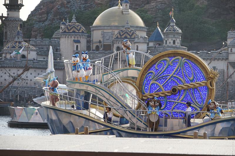 最初に登場するのは青の船とともにドナルドダックとデイジーダック。そしてチップとデール、クラリス、シェリーメイ