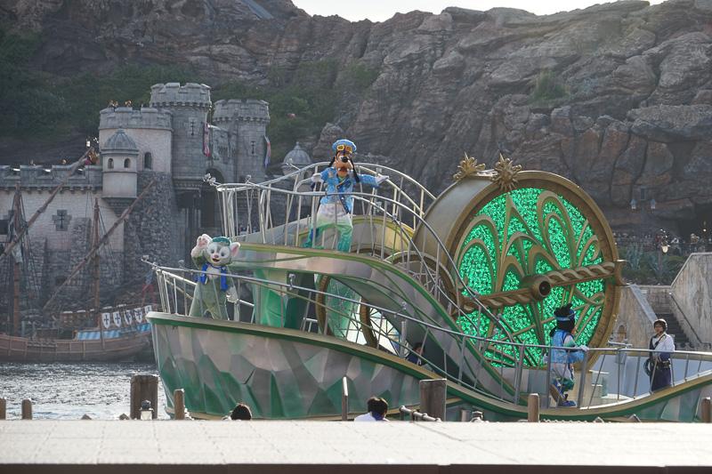 緑の船には、グーフィー、マックス、ジェラトーニ