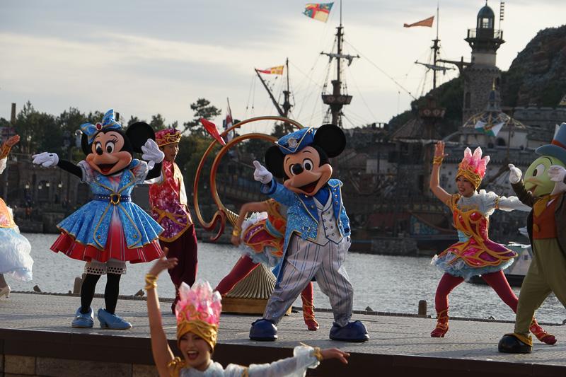 メッセンジャーが各エリアのクリスタルを船に差し込むと旅の行き先を示すようにオブジェが動き出す。そしてミッキーマウスがきらめく海への出航を宣言。彼らの行き先はどこなのかがわかる