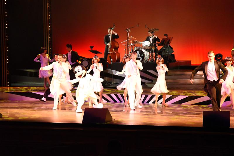 白いタキシードで決めたミッキーマウスが「It Don't Mean a Thing」のバンド演奏とともに登場。美しいダンサーやシンガーたちと華麗に舞う姿はまさにスーパースター