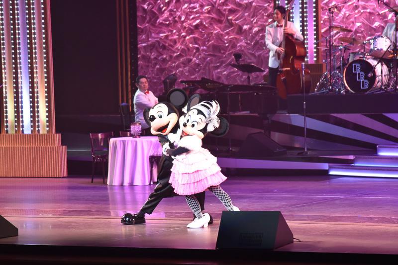 ローブを羽織ったミニーマウスが『Cheek To Cheek』のロマンチックな音色とともに登場。ミッキーマウスがリードし、息の合ったダンスを魅せてくれる