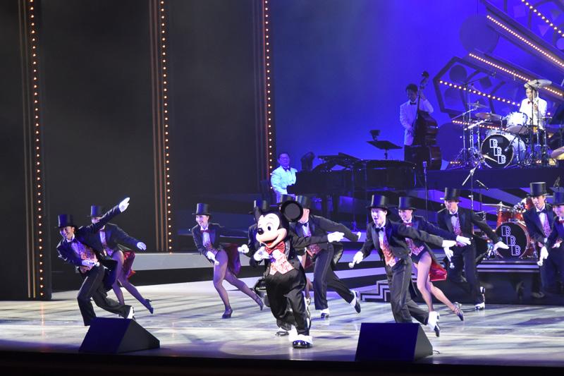 「Sing Sing Sing」ではミッキーマウスがドラミングとダンスを披露。みごとなスティックさばきから美しいダンスへの流れで会場をより一層アツくする。手拍子も起こり会場が一体と化す様は圧巻