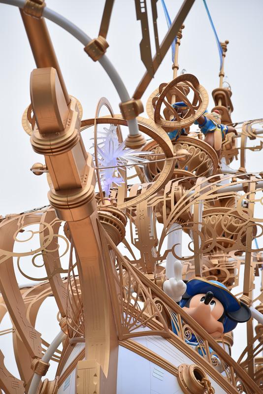 船にはたくさんのクリスタルとともに、ウィッシュ・カム・トゥルーのクリアクリスタルも先頭にデコレーションされている。
