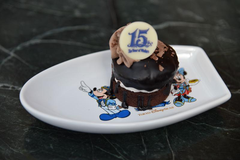 ミニケーキながら、チョコの濃厚さが口の中で溢れ、もう1つ食べたくなる程の美味しさ