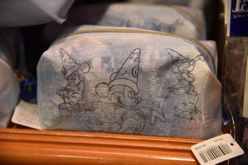 """""""Wish""""の瞬間をモチーフにした『ファンタジア』のソーサラーミッキーをデザインしたポーチ(2200円)。淡いブルーに透明感のある生地がポイント。『リトルマーメイド』のアリエルや『塔の上のラプンツェル』のラプンツェルのバージョンもある 販売場所:エンポーリオ"""