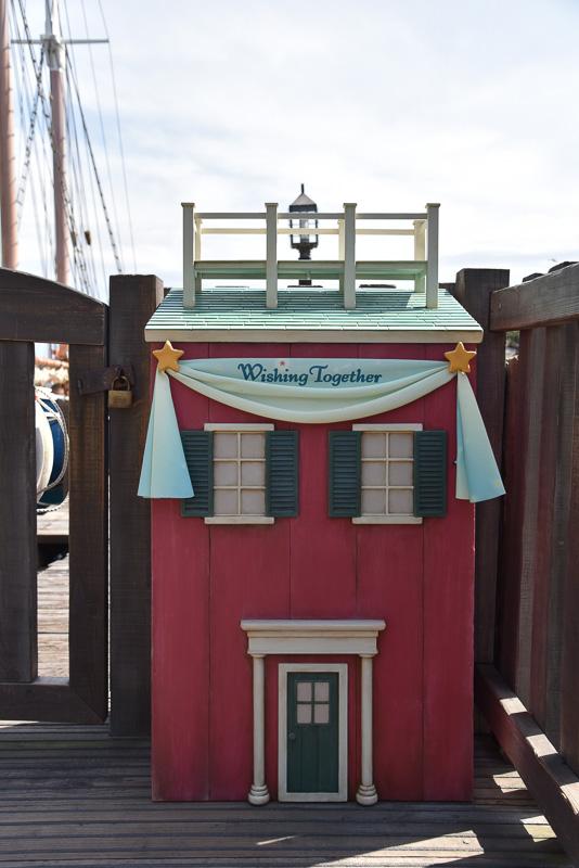 ケープコッドの港にほど近い場所にフォトポイントが新たに登場。ダッフィーたちをちょこんと載せて記念撮影をしよう