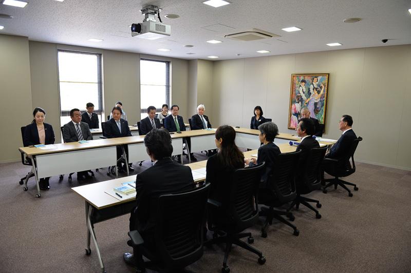 会議室には福岡女学院大学とANAビジネスソリューションの関係者が出席