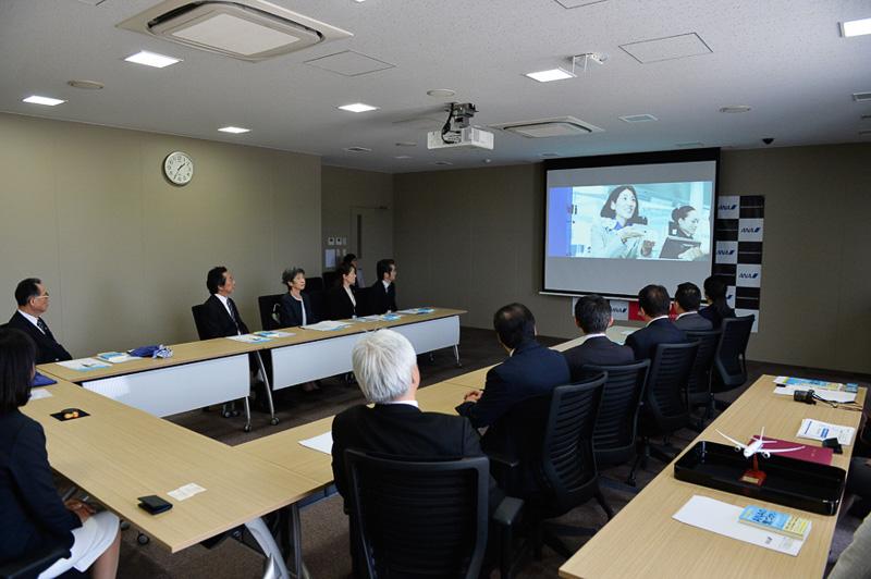 式の冒頭ではスクールのプロモーションビデオが流された