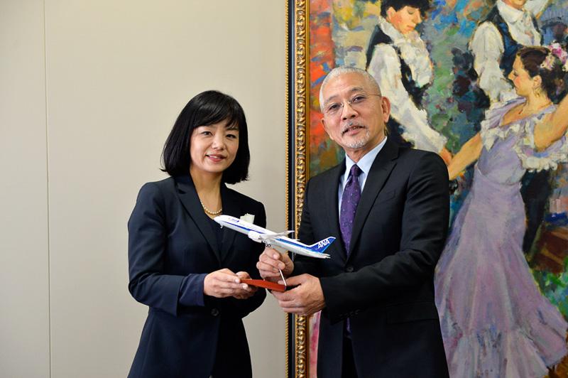 ANAビジネスソリューション株式会社代表取締役社長の矢澤潤子氏(左)から、同学院学長の高島一路氏(右)へ記念品としてモデルプレーンが贈呈された