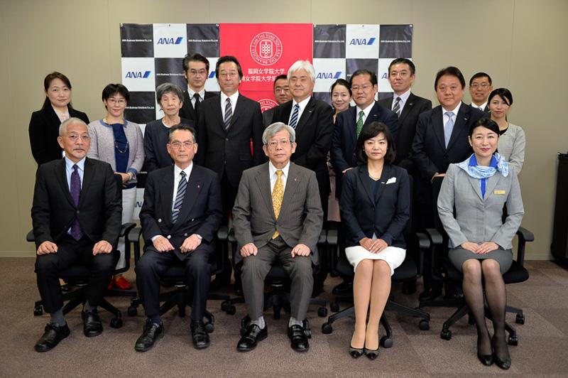 全員で記念撮影。前列の中央に座っているのは調印式に駆けつけた理事長の十時忠秀氏