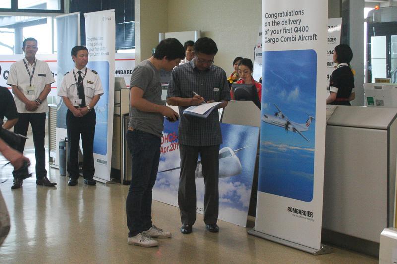 談笑したり、サインを求める初フライトの乗客たち