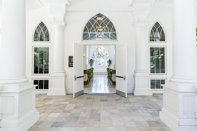 窓からも緑が差し込みヒルトン・ハワイアン・ビレッジの自然に包まれて挙式を迎えられる