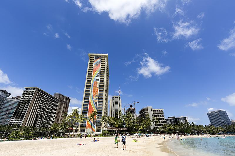 美しいビーチと象徴的なレインボータワーのモザイクをバックに記念撮影できる