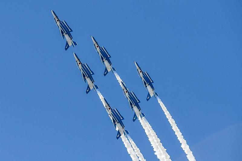 航空自衛隊のアクロバットチーム「ブルーインパルス」